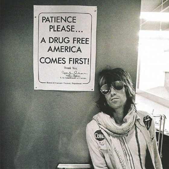 Keith Richards in front of a drugs sign, behind the mirror, rules to break, rolling stones,